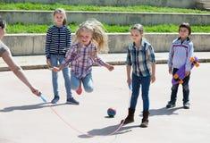 Pozytywny dziewczyny doskakiwanie podczas gdy skok arkany gra Zdjęcie Royalty Free