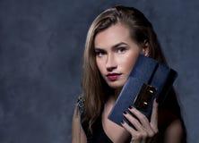 Pozytywny emocjonalny portret młoda i ładna dziewczyna Obraz Royalty Free