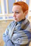 Pozytywny kobieta gość w dziejowym muzealnym patrzeje sztuka przedmiocie zdjęcia royalty free