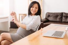 Pozytywny kobieta w ciąży odpoczywa w biurze Obraz Royalty Free