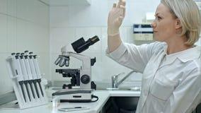 Pozytywny kobiety lekarki taniec w laboratorium Fotografia Stock