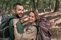 Pozytywny mężczyzna i kobieta cieszy się romantycznego spacer w lesie obrazy stock
