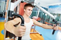 Pozytywny mężczyzna przy klatką piersiową ćwiczy maszynę Fotografia Stock
