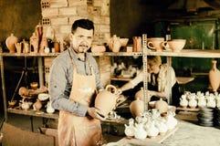 Pozytywny męski rzemieślnik ma ceramics w rękach Zdjęcie Royalty Free