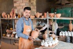 Pozytywny męski rzemieślnik ma ceramics w rękach Obrazy Royalty Free