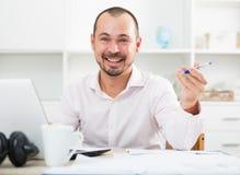 Pozytywny młody człowiek w biurze obrazy stock