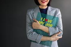 Pozytywny osiągnięcia pojęcie, kobieta pracująca ono Uśmiecha się i Ściska zdjęcia royalty free
