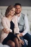 Pozytywny pary obsiadanie obejmujący na łóżku Obejmują zdjęcia stock