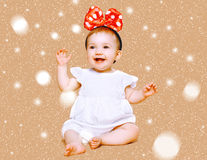 Pozytywny powabny małe dziecko ma zabawę zdjęcie royalty free