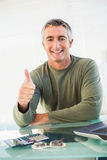 Pozytywny przypadkowy mężczyzna z jego kciukiem up Obrazy Royalty Free