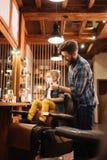 Pozytywny przystojny fryzjer męski robi goleniu Fotografia Stock