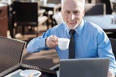 Pozytywny starszy brodaty mężczyzna ma lunch Fotografia Royalty Free