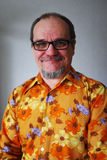Pozytywny starszy mężczyzna w rocznik koszula z mustach i brodą zdjęcie royalty free