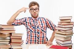 Pozytywny studencki studiowanie w bibliotece Obrazy Royalty Free