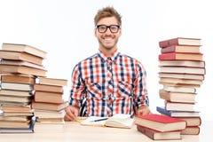 Pozytywny studencki studiowanie w bibliotece Zdjęcia Stock