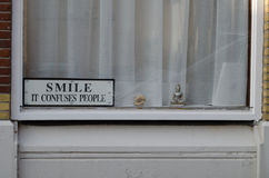 Pozytywny windouw, główkowanie i ono uśmiecha się, obraz stock