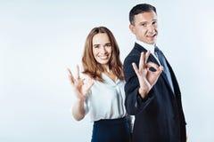 Pozytywy pamiętający przedsiębiorcy gestykuluje ok szyldowego zdjęcie stock