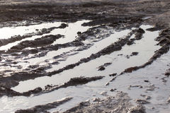 Pozza di fango su una strada non asfaltata fotografia stock