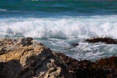 Pozza di marea di Palos Verdes con le onde che schiantano luce del giorno Fotografia Stock Libera da Diritti