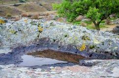 Pozza in pietra in canyon di Chegem immagine stock