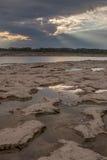 Pozze di marea e raggi di Dio Fotografie Stock Libere da Diritti