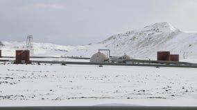 Pozzi della centrale elettrica di energia geotermica su paesaggio nevoso video d archivio