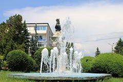 Pozzo artesiano e la statua di Radu Negru Basarab Immagine Stock Libera da Diritti