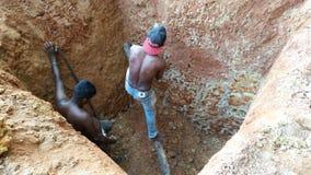 Pozzo d'acqua di scavatura manuale Immagini Stock