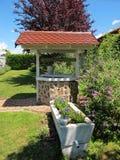 Pozzo d'acqua in un giardino Fotografia Stock