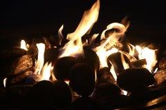 Pozzo del fuoco alla notte immagine stock