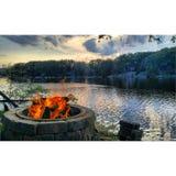 Pozzo del fuoco sul lago Fotografie Stock