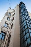 Pozzo dell'ascensore esterno fatto di vetro e di acciaio Fotografie Stock Libere da Diritti