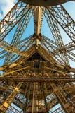 Pozzo dell'ascensore sulla torre Eiffel in un colpo grandangolare che mostra le grandi luci di rame fotografia stock libera da diritti