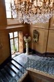 Pozzo delle scale di marmo con un balaustro forgiato immagini stock libere da diritti