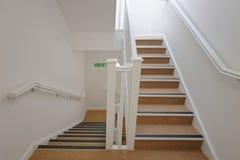Pozzo delle scale moderno in un caseggiato Alloggiamento acquistabile fotografie stock