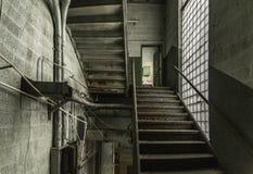 Pozzo delle scale multilivelli in una fabbrica abbandonata immagini stock libere da diritti