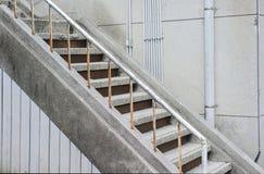 Pozzo delle scale in una costruzione moderna immagini stock