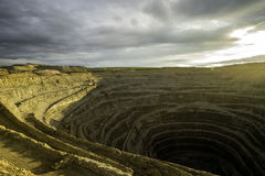Pozzo di estrazione mineraria del diamante nella città di Udachniy, Yakutia, Russia ALROSA immagine stock libera da diritti