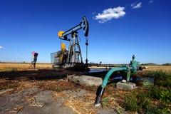 Pozzo di petrolio nel campo Immagini Stock