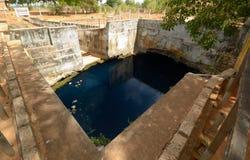 Pozzo sotterraneo naturale dell'acqua profonda fotografia stock