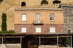Pozzuoli-Nápoles, Itália: um distrito & um x22 abandonados sentire; Terra de Rione & x22; fotografia de stock royalty free