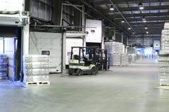 Ppackaged啤酒和装载者机器 免版税图库摄影