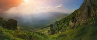PPanorama Ansicht von der Oberseite Ansicht vom Berg-Knall Iwan Die Strahlen der untergehenden Sonne Lizenzfreies Stockbild