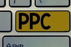 Ppc текста почерка Рекламодателя смысла концепции оплачивают гонорар каждый раз одно из их объявлений щелкнутый маркетинг стоковые фотографии rf