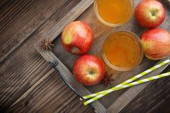 Äppelcider i exponeringsglas Arkivbild