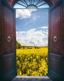 Öppen dörr och landskap Royaltyfri Fotografi