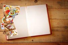 Öppen receptbok med tomma sidor och collage av foto med olik matdisk Arkivbild