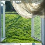 öppet fönster Arkivbild