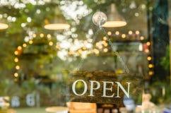 Öppet teckenbräde på coffee shop Royaltyfria Foton