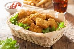 Pépites de poulet d'aliments de préparation rapide avec le ketchup, pommes frites, kola Images stock